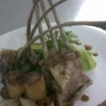 Cordero confit con granizado de arvejas y papas bouchon