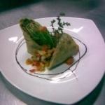 Rollo de espinaca y salchicha parrillera sobre salsa criolla moderna