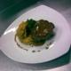 Bondiola tiernizada, puré rustico de batatas con aceite de sesamo y jengibre, manzanas caramelizadas.