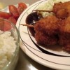 Kushikatsu: brochets de carne de cerdo fritos y cebolla