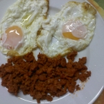 Huevos fritos con picadillo
